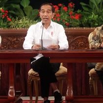 Presiden Joko Widodo didampingi Kepala Staf Kepresiden Moeldoko dan Mensesneg Pratikno menyampaikan keterangan terkait revisi UU KPK di Istana Negara, Jakarta, Jumat (13/9/2019). Jokowi menyatakan mendukung sejumlah poin dalam draf revisi UU KPK. (Liputan6.com/HO/Kurniawan)