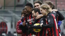 Para pemain AC Milan merayakan kemenangan setelah mengalahkan Torino pada babak 16 besar Coppa Italia 2020/2021 di San Siro, Rabu (13/1/2021) dini hari WIB. Laga terkunci 0-0, AC Milan menang 5-4 atas Torino di babak adu penalti. (AP Photo/Antonio Calanni)
