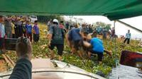 Seorang pria dengan gangguan jiwa tewas tenggelam saat sedang berenang di Waduk Cirata, Purwakarta, Selasa (19/11/2019). (Liputan6.com/ Abramena)