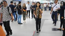 Penyandang disabilitas berjalan di guiding block usai menaiki kereta MRT di Jakarta, Kamis (21/3). Dalam kesempatan tersebut mereka dapat menikmati fasilitas yang disediakan untuk disabilitas. (Liputan6.com/Angga Yuniar)