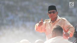 Calon Presiden nomor urut 02 Prabowo Subianto menyampaikan orasi politiknya dalam kampanye akbar Prabowo-Sandi di Stadion Utama Gelora Bung Karno (SUGBK), Jakarta, Minggu (7/4). Sejumlah tokoh nasional pendukung Prabowo - Sandiaga pun turut hadir. (Liputan6.com/Herman Zakharia)