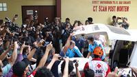 Petugas memindahkan kantong jenazah dari ambulans ke RS Polri, Kramat Jati, Jakarta, Selasa (30/10). Dua kantong jenazah kembali tiba di RS Polri pascakecelakaan pesawat Lion Air JT 610 yang jatuh di perairan Karawang. (Liputan6.com/Immanuel Antonius)