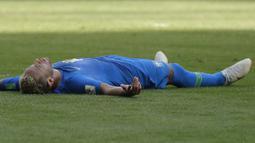 Striker Brasil, Neymar, melepas lelah usai mengalahkan Kosta Rika pada laga grup E Piala Dunia di Stadion Krestovsky, St Petersburg, Jumat (22/6/2018). Pada laga itu Neymar berhasil mencetak gol perdana di Piala Dunia 2018. (AP/Petr Josek)