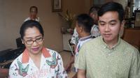 Gibran Rakabuming Raka usai meminta doa restu untuk mendaftar sebagai calon Wali Kota Solo kepada pengusaha Solo, Baningsih di Solo, Rabu (11/12).(Liputan6.com/Fajar Abrori)