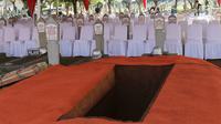 Makam Presiden ke-3 RI BJ Habibie di TMP Kalibata, Jakarta, Kamis (12/9/2019). Habibie meninggal setelah mendapat perawatan intensif selama beberapa hari terakhir di RSPAD Gatot Subroto Jakarta Pusat. (Liputan6.com/Herman Zakharia)