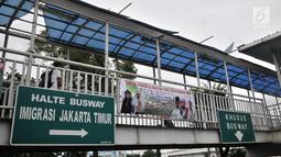 Pejalan kaki melintasi JPO di depan kantor Imigrasi Jakarta Timur, Kamis (17/1). JPO yang tidak terawat ini mengurangi keindahan serta mengganggu kenyamanan pejalan kaki yang melintas, terlebih saat hujan turun. (Merdeka.com/Iqbal S. Nugroho)