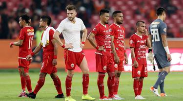 Pemain Persija Jakarta tampak kecewa usai gagal mengalahkan PSM Makassar pada laga Liga 1 2019 di SUGBK, Jakarta, Rabu (28/8). Kedua tim bermain imbang 0-0. (Bola.com/M Iqbal Ichsan)
