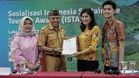 Nota Kesepahaman Bersama dari Kementerian Pariwisata kepada Pemerintah Kabupaten Manggarai Barat dan Universitas Flores.
