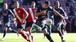 Pemain Arsenal, Gabriel Martinelli, melepaskan tendangan saat melawan Southampton pada laga Piala FA di Stadion St Mary, Sabtu (23/1/2021). Arsenal tumbang dengan skor 1-0. (Catherine Ivill/PA via AP)