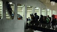 Sejumlah pemudik masuk ke dalam kapal penyeberangan di Dermaga I Pelabuhan Merak, Banten, Kamis (22/6). Dini hari, ribuan pemudik menyeberang dari Pelabuhan Merak menuju Bakauheni, Lampung. (Liputan6.com/Helmi Fithriansyah)