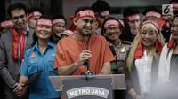 Artis sekaligus presenter Ramzi memberi keterangan dalam acara penandatanganan perjanjian pemberantasan dan penyalahgunaan narkoba di lingkungan artis di Mapolres Metro Jakarta Selatan, Kamis (22/2). (Liputan6.com/Faizal Fanani)