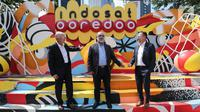 Head of Ericsson Indonesia Jerry Soper, Chief Technology & Information Officer Indosat Ooredoo Medhat Elhusseiny dan Key Account Manager Indosat Ooredoo Ericsson Indonesia Anders Rian berbincang kemitraan transformasi pengalaman digital di Jakarta, Jumat (11/12/2020). (Liputan6.com/Fery Pradolo)