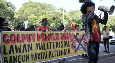 Massa yang tergabung dalam Pusat Perjuangan Mahasiswa untuk Pembebasan Nasional (PEMBEBASAN) menggelar aksi di depan Kantor KPU Pusat, Jakarta, Minggu (17/2). Dalam aksinya massa menyatakan sikap Golput dalam Pemilu 2019. (merdeka.com/Iqbal S Nugroho)