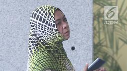 Mantan anggota DPR RI Wa Ode Nurhayati memenuhi panggilan penyidik KPK di Jakarta, Jumat (13/7). Wa Ode sendiri merupakan mantan terpidana kasus korupsi Dana Percepatan Pembangunan Infrastruktur Daerah Tertinggal (DPPIDT). (Liputan6.com/Herman Zakharia)