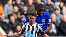 Pemain Newcastle United Ayoze Perez (depan) berebut bola dengan pemain Everton Kurt Zouma dalam lanjutan Liga Inggris pekan ke-30 di St James 'Park, Newcastle, Sabtu (9/3). Newcastle melibas Everton 3-2 lewat comeback gemilang. (Owen Humphreys/PA via AP)