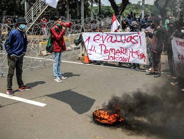 FOTO: BEM SI Mulai Berunjuk Rasa di Patung Kuda Jakarta