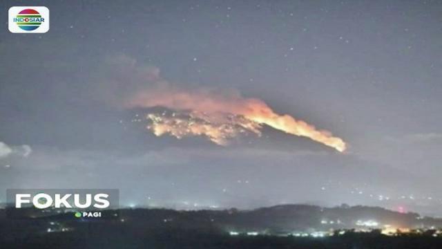 Gunung Agung erupsi pada Senin (2/7) malam, yang disertai dentuman keras dan lontaran batu. Pengungsi kebingungan karena jumlah posko yang minim.