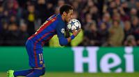 Penyerang Barcelona, Neymar melakukan selebrasi usai mencetak gol ke gawang PSG pada leg kedua babak 16 besar Liga Champions di Barcelona, Spanyol (9/3). Neymar mencetak dua gol pada pertandingan ini. (AFP Photo / Lluis Gene)