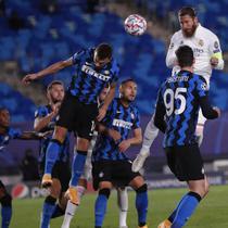 Bek Real Madrid, Sergio Ramos, mencetak gol ke gawang Inter Milan pada laga Liga Champions di Stadion Alfredo Di Stefano, Rabu (4/11/2020). Real Madrid menang dengan skor 3-2. (AP/Bernat Armangue)