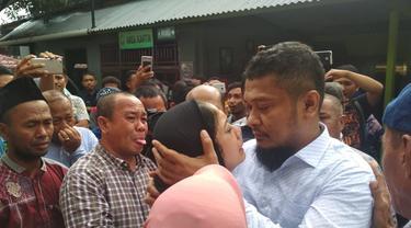Bupati Buton Selatan Agus Feisal Hidayat sesaat sebelum menaiki mobil tahanan di PN Tipikor Kendari usai divonis 8 tahun penjara, Rabu (20/2/2019). (Liputan6.com/Ahmad Akbar Fua)