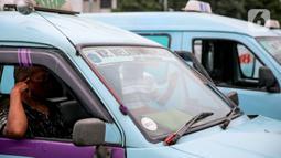 Pengemudi angkutan umum menunggu penumpang di Terminal Kampung Melayu, Jakarta, Kamis (30/4/2020). Ketua Organda DKI Shafruhan Sinungan mengatakan dari sekitar 85.900 kendaraan yang berada di bawah naungannya, hanya 8.000-8.600 unit yang masih dapat beroperasi. (Liputan6.com/Faizal Fanani)