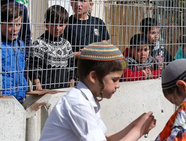 Ketika Anak-Anak Palestina Menyaksikan Warga Yahudi Rayakan Hari Purim