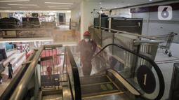 Petugas Damkar saat menyemprotkan cairan disinfektan di Blok M Square, Jakarta, Selasa (23/6/2020). Penyemprotan cairan disinfektan tersebut bertujuan untuk mencegah penyebaran COVID-19. (Liputan6.com/Faizal Fanani)