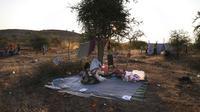 Pengungsi Ethiopia berkumpul di wilayah Qadarif, Sudan, Rabu (18/11/2020). Badan Pengungsi PBB mengatakan konflik yang berkembang di Ethiopia telah mengakibatkan ribuan orang melarikan diri dari wilayah Tigray ke Sudan. (AP Photo/Marwan Ali)