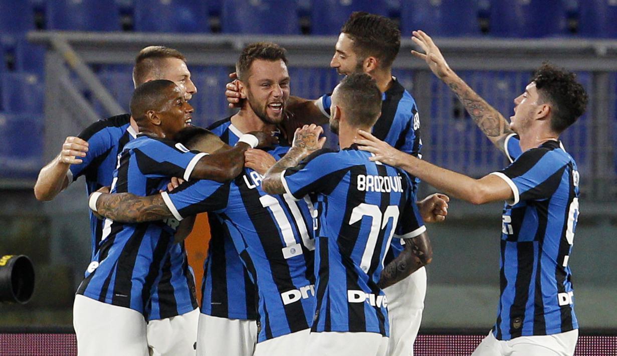 Para pemain Inter Milan merayakan gol yang dicetak oleh Stefan de Vrij ke gawang AS Roma pada laga Serie A di Stadion Olympic, Roma, Minggu (19/7/2020). Kedua tim bermain imbang 2-2. (AP/Riccardo De Luca)