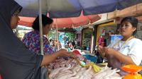 Pedagang ayam potong di Pasar Tradisional Lemabang Palembang (Liputan6.com / Nefri Inge)