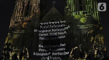 Pemutaran video mapping di Gereja Katedral menampilkan hasil Kongres Pemuda II atau yang dikenal dengan Sumpah Pemuda, Jakarta, Minggu (27/12/2019). Pemutaran video mapping ini untuk memperingati Hari Sumpah Pemuda ke-91 dan berlangsung hingga 28 Oktober. (Liputan6.com/Helmi Fithriansyah)
