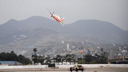 Pereli asal Prancis, Sebastien Loeb saat balapan dengan pesawat Angkatan Udara Peru (FAP) di Lima, Peru (6/1).  Sebastien Loeb akan ikut serta dalam Reli Dakar ke-41.  (AFP Photo/Franck Fife)