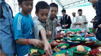 Antusias anak-anak mengambil makanan ringan puasa di Masjid Bukit Indah Sukajadi, Kamis (24/5/2018). (batamnews.co.id/Yogi)