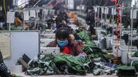 Karyawan membuat baju di Hangzhou Jiefeng Garments Co. Ltd. di Hangzhou, Provinsi Zhejiang, China, Rabu (12/2/2020). Di bawah arahan dan dukungan otoritas setempat, banyak perusahaan di Zhejiang kembali beroperasi setelah melakukan pencegahan dan pengendalian wabah virus corona. (Xinhua/Xu Yu)