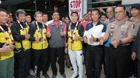 Kevin Sanjaya dan Marcus Gideon berfoto bersama Menpora, Imam Nahrawi dan Ketua Umum PBSI, Wiranto di Bandara Soekarno-Hatta, Cengkareng (20/3/2018). Kevin/Marcus berhasil mempertahankan gelar juara All England 2018. (Bola.com/Nick Hanoatubun)