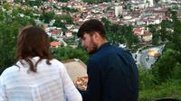 Pasangan Muslim Bosnia duduk menghadap ke kota sambil menunggu berbuka puasa pada hari pertama bulan suci Ramadan, di Sarajevo, (16/5). Muslim Bosnia mencapai sekitar 40 persen dari penduduk Bosnia 3,8 juta. (AFP Photo/Elvis Barukcic)