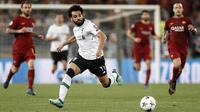 Striker Liverpool, Mohamed Salah, mengejar bola saat melawan AS Roma pada laga semifinal Liga Champions di Stadion Olympic, Roma, Rabu (2/5/2017). AS Roma menang 4-2 atas Liverpool. (AP/Riccardo Antimiani)