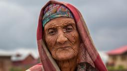 Khatija, perempuan pengembara Kashmir Bakarwal saat duduk di luar kamp sementara di pinggiran Srinagar, India, 31 Agustus 2020. Suku Bakarwals adalah kaum penggembala nomaden di Jammu Kashmir, yang berpindah-pindah untuk mencari padang rumput yang baik untuk ternak mereka. (AP Photo/Dar Yasin)