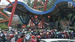 Antrean pengunjung di jalur kendaraan gerbang Ancol, Jakarta, Rabu (27/6). Bertepatan dengan libur nasional Pilkada Serentak 2018, sebagian besar warga Jakarta memanfaatkan fasilitas gratis biaya masuk ke kawasan Ancol. (Merdeka.com/Iqbal S. Nugroho)