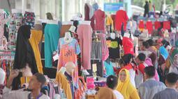 Suasana pedagang di Skybridge Tanah Abang, Jakarta, Jumat (4/1). Penyaluran KUR tersebut meningkat bila dibandingkan dengan penyaluran KUR pada 2018 sebesar Rp 123 triliun. (Liputan6.com/Angga Yuniar)