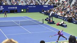 Petenis Amerika Serikat, Serena Williams berusaha mengembalikan bola pukulan Bianca Andreescu dari Kanada pada pertandingan final AS Terbuka 2019 di New York (7/9/2019). Andreescu menang atas Serena 6-3, 7-5. (AP Photo/Sarah Stier)
