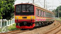 Rangkaian kereta commuter line saat melintas di dekat Stasiun Pasar Minggu, Jakarta, Selasa (29/12/2015). Untuk mengakomodasi penumpang pada malam pergantian tahun, KRL Commuter Line akan beroperasi 24 jam. (Liputan6.com/Helmi Fithriansyah)