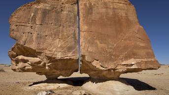 Formasi Batu Misterius Terbelah Sempurna di Arab Saudi Bikin Bingung, Karya Alien?