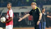 Pelatih Persib Bandung, Robert Alberts, saat melawan Persipura Jayapura pada laga Liga 1 2019 di Stadion Si Jalak Harupat, Jawa Barat, Sabtu (18/5). Persib menang 3-0 atas Persipura. (Bola.com/M Iqbal Ichsan)