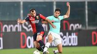 Pemain Genoa Goran Pandev (kiri) berebut bola dengan pemain Inter Milan pada pertandingan Serie A di Stadion Luigi Ferraris, Genoa, Italia, Sabtu (25/7/2020. Inter Milan mengalahkan Genoa 3-0. (Tano Pecoraro/LaPresse via AP)