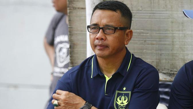Pelatih PSIS, Jafri Sastra. (Bola.com/Vincentius Atmaja)