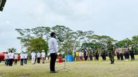 CEO PTPN V Jatmiko K Santosa memimpin apel siaga karhutla dalam rangka Hari Hutan Dunia di Kebun Sei Pagar PTPN V. (Liputan6.com/Istimewa)
