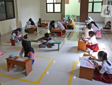 FOTO: Terkendala Kuota, Siswa d Bekasi Belajar Daring di Aula Kelurahan