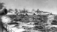 Armada Agung Inggris pimpinan John Jellicoe dalam perjalanan menemui armada Angkatan Laut Kekaisaran Jerman untuk Pertempuran Jutland di Laut Utara, 31 Mei 1916. Perang Dunia I diikuti dua aliansi bertentangan, Sekutu dan Blok Sentral. (AP Photo, File)