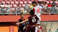 Duel Madura United vs PSM dalam laga leg kedua semifinal Piala Indonesia 2018 di Stadion Gelora Madura, Pamekasan, Minggu (7/7/2019). (Bola.com/Aditya Wany)
